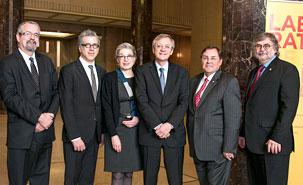 De gauche à droite, Guy Lefebvre, vice-recteur aux relations internationales et à la Francophonie; Frédéric Mérand, directeur du Centre d'études et de recherches internationales de l'UdeM; Mme Cormier; MM. Duhaime et Breton; et Gérard Boismenu, doyen de la Faculté des arts et des sciences